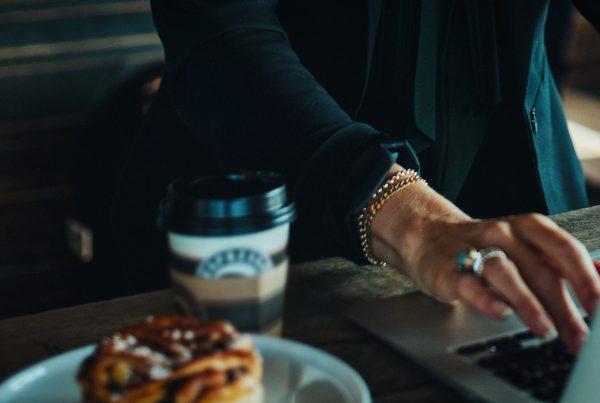 account based marketing - abm - kvinna jobbar med account based marketing på cafe