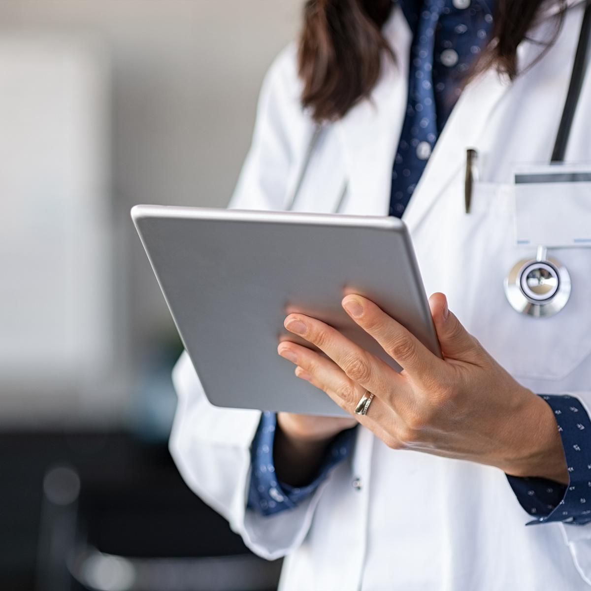 account based marketing - life science - doktor tittar på ipad