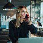 buyer persona - bild på kvinna som jobbar på cafe