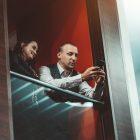 content manager visar innehåll för ämnesexpert på balkong