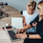 content marketing strategi - kvinna arbetar hemma med barn