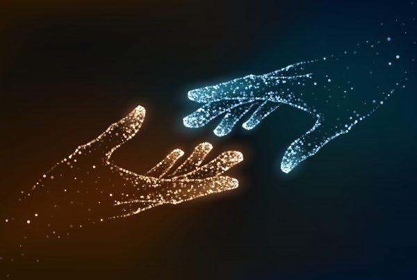lead scoring - bild på digitala händer som når varandra
